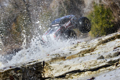 39085-E-Maxx_Brushless-Action-water-Rear